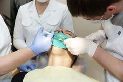 De tandarts maakt verdovingsmiddeleninjectie royalty-vrije stock foto