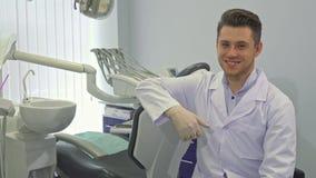 De tandarts stelt met lay-out van menselijke tanden stock video