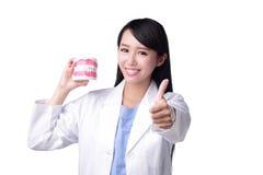 De tandarts van de glimlachvrouw arts Stock Afbeeldingen