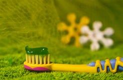 De tandenborstel van kinderen met tandpasta Royalty-vrije Stock Fotografie