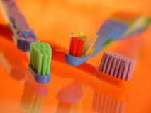 De Tandenborstels van jonge geitjes Stock Foto's