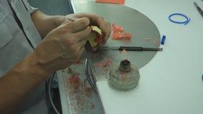 De tandtechnicus in het tandlaboratorium is bezig geweest met de productie van een verwijderbare tandprothese stock video