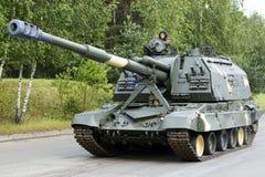De tank beweegt zich langs de weg Stock Afbeelding
