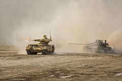 De tank ` en t-80 van de tank` Begeindiger in een opleidingsslag ter plaatse Stock Foto