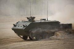 De tank ` en t-80 van de tank` Begeindiger in een opleidingsslag ter plaatse Royalty-vrije Stock Fotografie