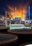 De tank van de olieopslag en het petrochemische gebruik van de raffinaderijinstallatie voor energie voorzien gas en aardolieonder Stock Foto's