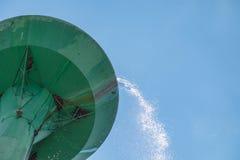 De tank van de wateropslag over het stromen in groene groot Royalty-vrije Stock Foto