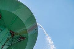 De tank van de wateropslag over het stromen in groene groot Royalty-vrije Stock Foto's