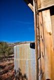 De tank van het water in woestijn   Stock Afbeeldingen