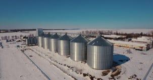 De tank van de de silo'sopslag van de landbouwkorrel De de grote lift en fabriek van metaalsilo's stock footage