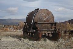 De tank wordt opgezet op een grote slee stock afbeelding