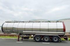 De tanker semi-vrachtwagen van de brandstof royalty-vrije stock afbeeldingen