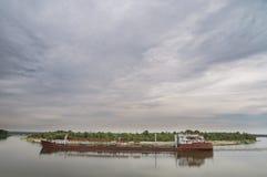 De tanker van het type rivier-overzees die op de rivier varen Stock Afbeelding
