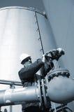 De tankopslag en pijpleiding van de ingenieur en van de brandstof Stock Afbeeldingen