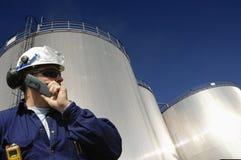 De tanks en de ingenieur van de raffinaderij Stock Foto