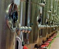 De tanks van de gisting voor wijnproductie Stock Afbeeldingen