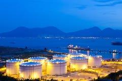 De tanks van de olie bij nacht Royalty-vrije Stock Afbeelding