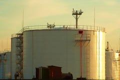 De tanks van de olie bij zonsondergang Royalty-vrije Stock Afbeeldingen