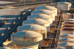 De tanks van de olieraffinaderij Stock Afbeeldingen