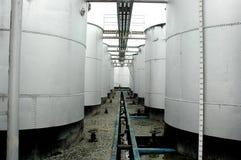 De tanks van de opslag ruwe olie Stock Foto's