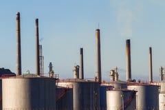 De Tanks van de Opslag van de raffinaderij Stock Foto
