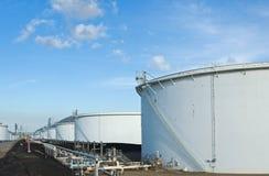 De Tanks van de Raffinaderij van de olie Stock Afbeeldingen