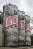 De tanks van de het Lagerbieropslag van La Crosse als een 6 pak bierblikken dat worden gevormd Stock Foto