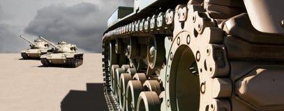 De tanks van het leger in het woestijnzand stock foto's