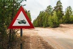 De tanks van de verkeerstekenvoorzichtigheid op een landweg in het hout Royalty-vrije Stock Foto's