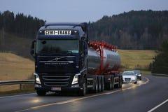 De Tankwagen van Volvo FH laat - nacht Vrachtvervoer Stock Foto's