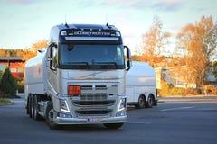 De Tankwagen van Volvo FH levert Brandstof in Stad stock foto