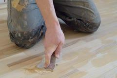 De tapijtmonteur krijgt stopverf Royalty-vrije Stock Afbeelding