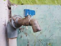 De tapkraan van het water stock afbeeldingen
