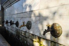 De tapkranen van het bronswater in de stad met water voor het drinken royalty-vrije stock fotografie