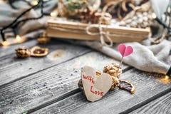 De tarjeta del día de San Valentín todavía del día vida con té y un corazón Imágenes de archivo libres de regalías