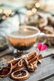 De tarjeta del día de San Valentín todavía del día vida con té y un corazón Fotos de archivo