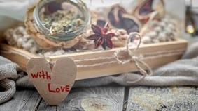 De tarjeta del día de San Valentín todavía del día vida con té y un corazón Fotografía de archivo libre de regalías