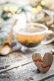De tarjeta del día de San Valentín todavía del día vida con té y un corazón Imagen de archivo libre de regalías