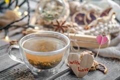 De tarjeta del día de San Valentín todavía del día vida con té y un corazón Foto de archivo libre de regalías