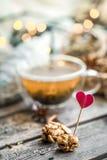 De tarjeta del día de San Valentín todavía del día vida con té y un corazón Fotografía de archivo