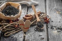De tarjeta del día de San Valentín todavía del día vida con té y un corazón Imagen de archivo