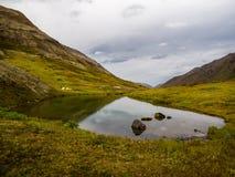 De Tarn in Bergvallei en Autumn Tundra, Tenten op Verre Kust royalty-vrije stock afbeelding