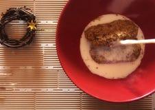 De tarwe schilfert ontbijtgraangewas in kom met melk op tegels af stock foto's