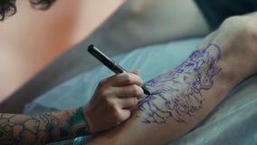 De tatoegeringskunstenaar op het werk Het voorbereidingen treffen voor het tatoeëren stock video