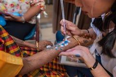 De Tatoegeringskunstenaar At Work van de partijhand stock foto's