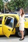 De Taxi Ouside van bedrijfs van de Vrouw Stock Afbeelding