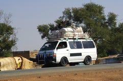 De Taxi van de struik op de weg stock foto's