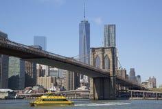 De Taxi van het de Stadswater van New York onder de Brug van Brooklyn Stock Afbeeldingen