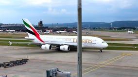 De taxi van het de luchtvaartlijnenvliegtuig van emiraten in dagtijd in nternationalluchthaven van Zürich stock footage