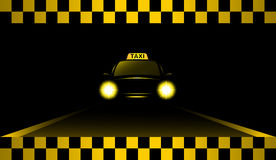 De taxiauto van de nacht op de weg Stock Afbeelding